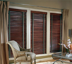 Company : Living room Furnishing : HunterDauglas Wood Blinds