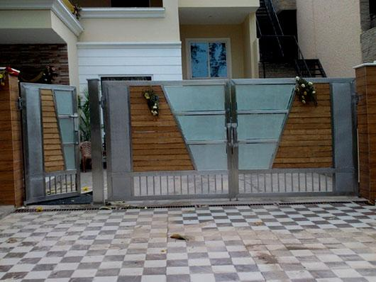 Stainless steel door and wood strips design with glass for Single gate designs for homes