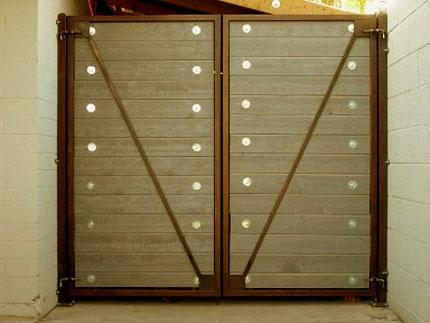 metal gate design with strips