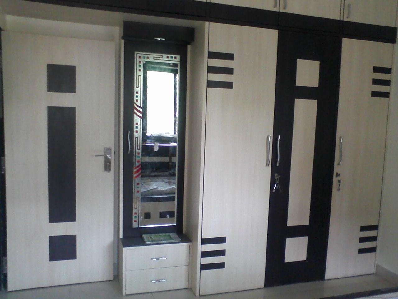 Modern wardrobe design gharexpert for Sunmica door design