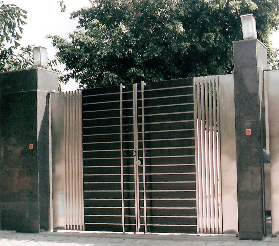 Exterior gate design gharexpert for Modern front gate design