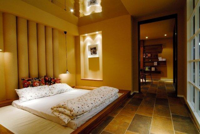 Master bedroom platform bed and lighting design gharexpert for Decolam designs for living room