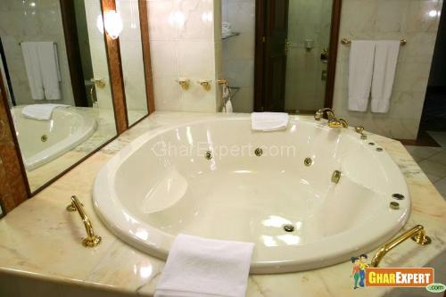 Round Shaped Jacuzzi Bath